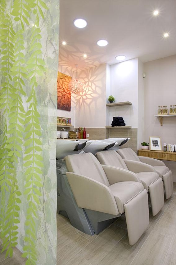 Bacs d'un salon de coiffure à l'ambiance naturelle